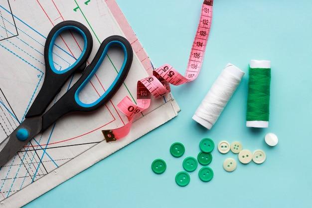Papiermuster, fäden und knöpfe