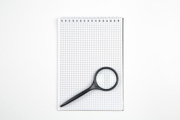 Papiernotizbuch auf weißem getrenntem hintergrund. ansicht von oben. flach liegen. attrappe, lehrmodell, simulation