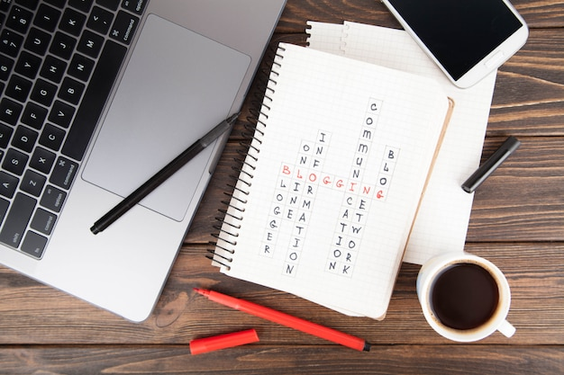Papiernotizbuch mit blogging wort, laptop-computer social media-konzept