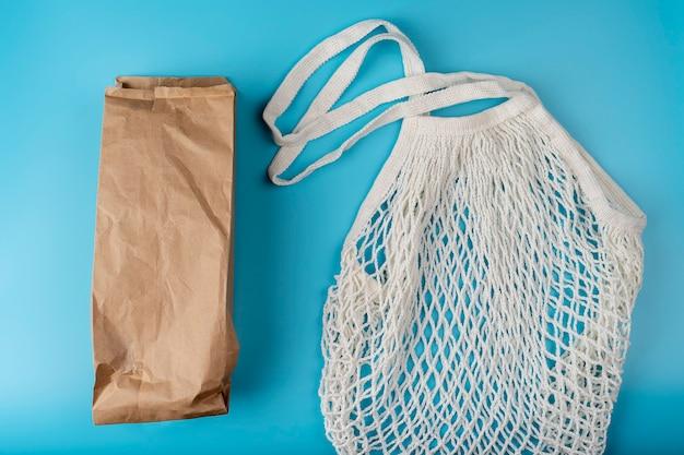 Papierpackung vs. stoff-ökotüte konzept zum tag der erde sag nein zu plastik reduzieren sie die wiederverwendung und das recycling