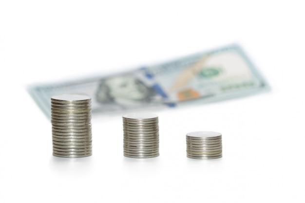 Papierrechnung und münzen auf weiß