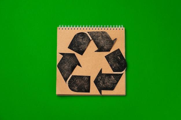 Papierrecycling-konzept auf grüner draufsicht