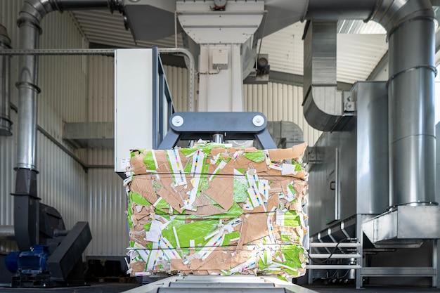 Papierrecycling-lkw und gabelstapler laden alte papiere wieder