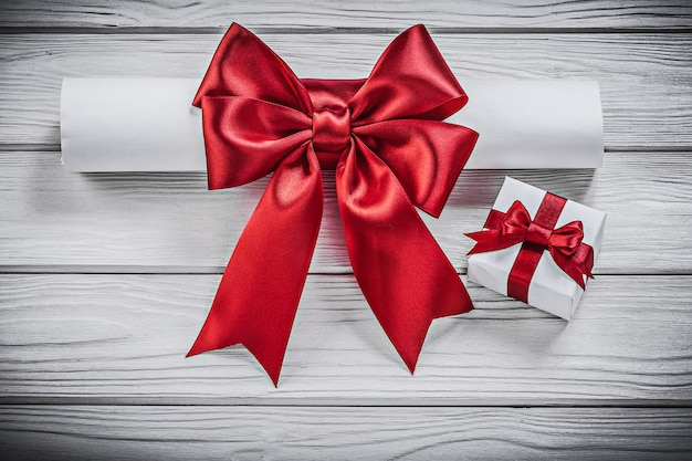 Papierrolle mit roter schleife geschenkbox urlaub konzept