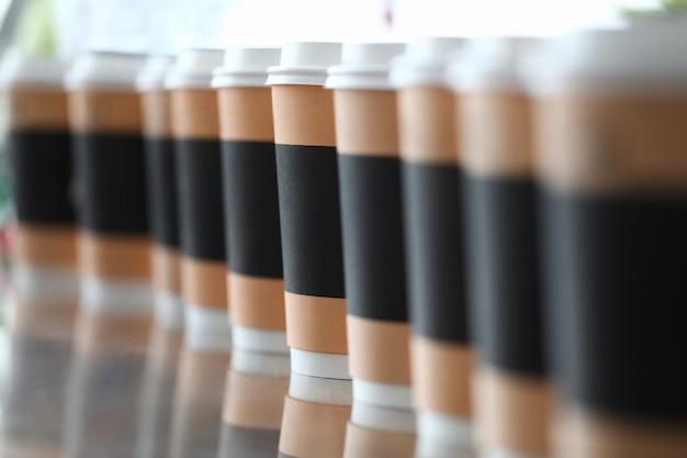 Papierschale mit kaffeeaufenthalt im reihenhintergrund
