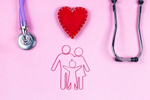 Papierschattenbild der familie, ein familienillustrator mit einem stethoskop und einem rosa hintergrund