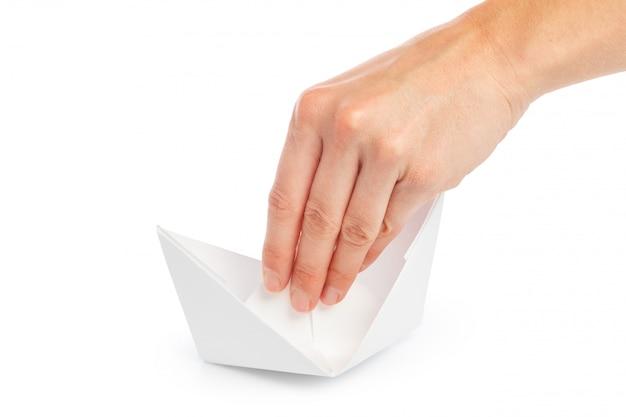 Papierschiff in einer weiblichen hand