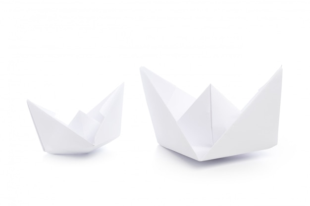 Papierschiffe lokalisiert auf weiß