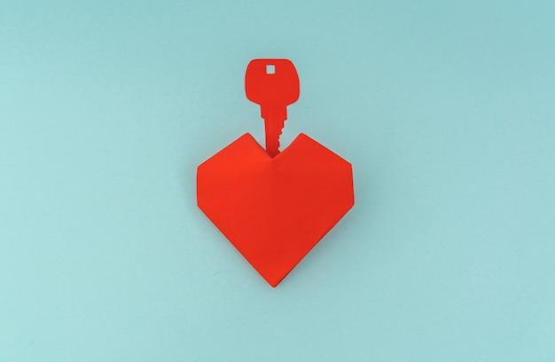Papierschnitt von key für herz als symbol der liebe.
