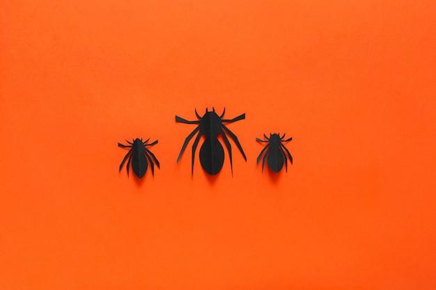 Papierspinnen auf einem orangefarbenen hintergrund