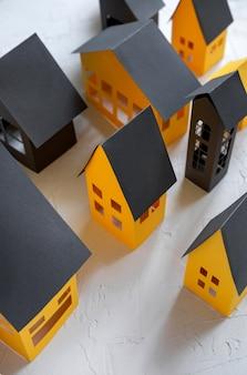 Papierstadt schnitt von einem gelben papier auf weißem hintergrund
