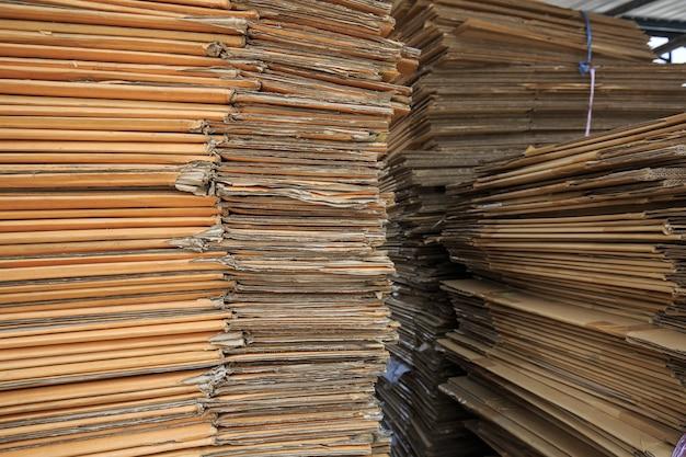 Papierstapel und kartonstück im papierwerk der recyclingindustrie