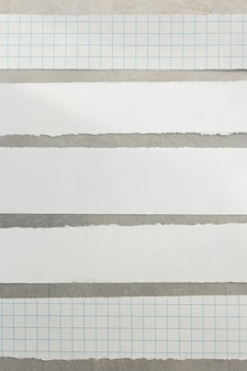 Papierstreifen am metallhintergrund