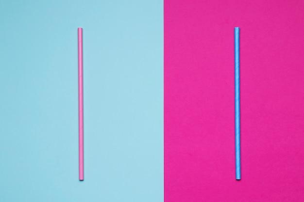 Papierstrohe auf zweifarbigem hintergrund
