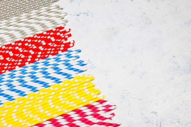 Papierstrohhalme in verschiedenen farben mit kopierraum