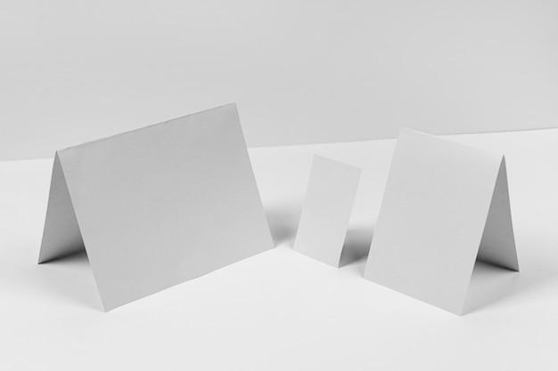 Papierstücke mit hohem winkel auf weißem hintergrund