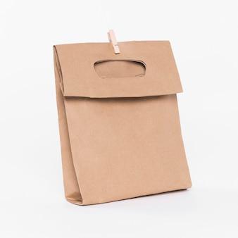 Papiertasche mit griffen zum einkaufen und holzklammer