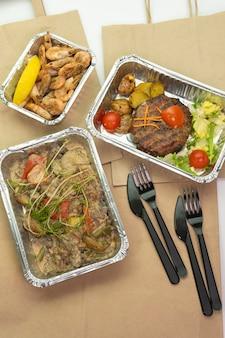 Papiertüte fleisch und steak in ihren folienbehältern