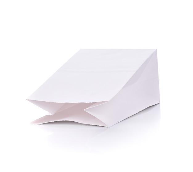 Papiertüte leer auf weißem hintergrund