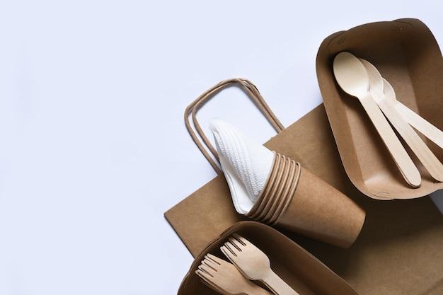 Papiertüte mit einem picknick-set teller gabel glas servietten für die umwelt sorgen