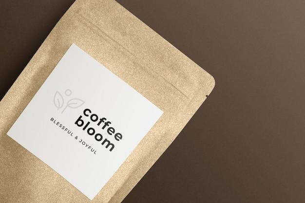 Papiertüte mit kaffeebohnen