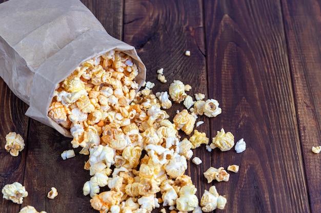 Papiertüte mit popcorn