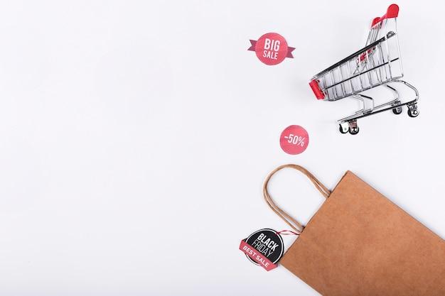 Papiertüte und einkaufswagen mit exemplarplatz