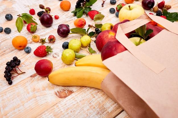 Papiertüte unterschiedliche gesundheit trägt lebensmittel früchte
