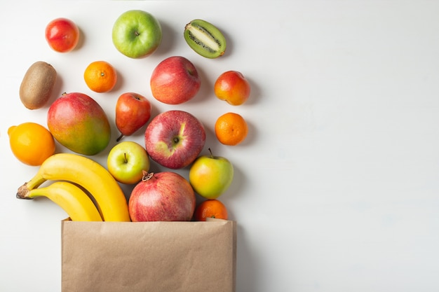 Papiertüte von verschiedenen gesundheitsfrüchten auf einer tabelle.
