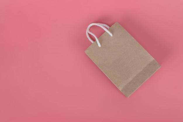 Papiertüten auf pastellrosa hintergründen, umweltschutzkonzept.