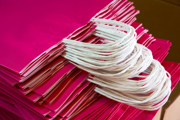 Papiertüten in einer fabrikrosa farbe
