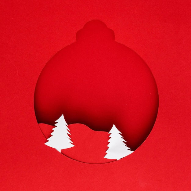 Papierweihnachtsball mit bäumen