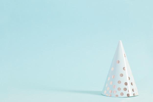 Papierweihnachtsbaum auf blauem hintergrund