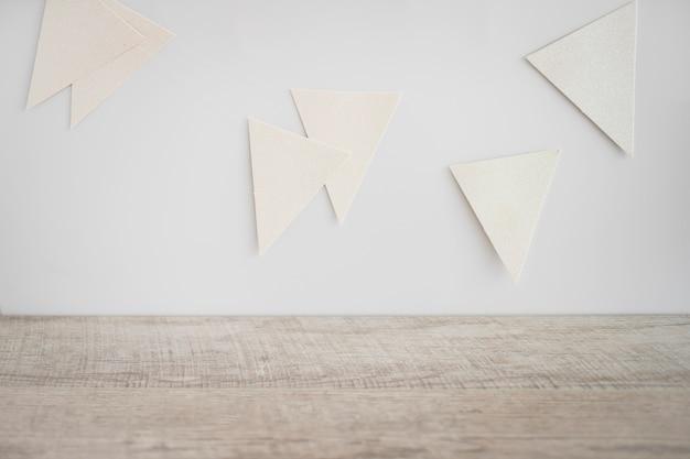 Papierwimpel an der wand