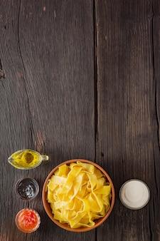 Pappardelle nudeln mit lachs. italienische traditionelle küche. fertiggericht auf einem holztisch