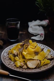 Pappardelle pasta mit schwarzem trüffel und rotwein
