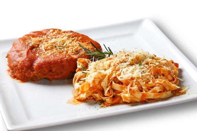 Pappardelle pasta mit tomatensauce und fleisch.