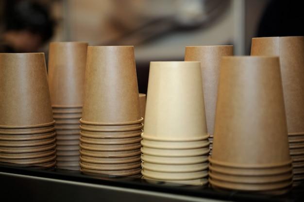 Pappbecher für kaffee auf restauranttisch