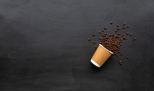 Pappbecher kaffee auf schwarzem holz