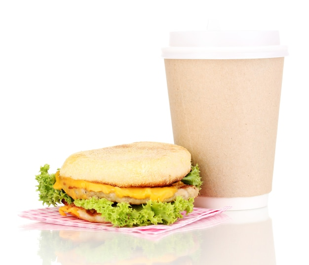 Pappbecher kaffee und burger lokalisiert auf weiß