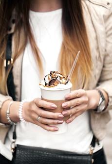 Pappbecher mit kaffee in der hand am mädchen
