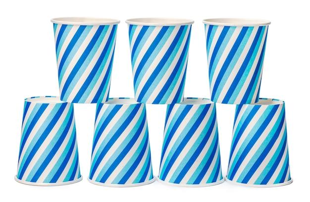 Pappbecher verziert mit blauen linienmuster isoliert auf weißem hintergrund