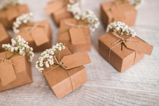 Pappgeschenkboxen mit umbau- und babyatmungsblumen auf hölzernem schreibtisch