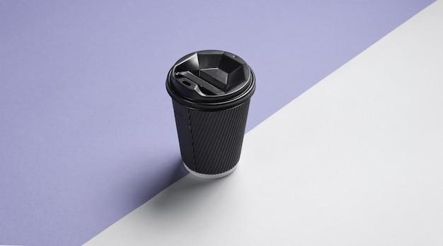Pappkaffeebehälter mit deckel auf grau-lila hintergrund