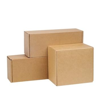 Pappkartons für waren auf einem weißen raum. andere größe. auf weißem raum isoliert.