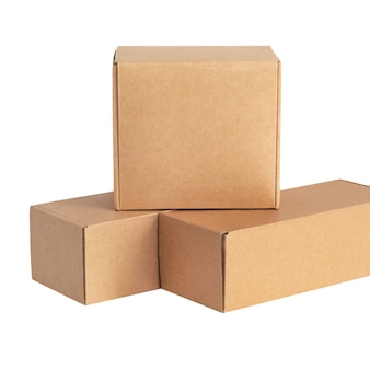 Pappkartons für waren auf weißer fläche. andere größe. auf weißer oberfläche isoliert.