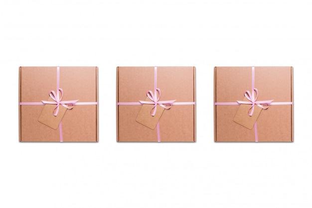 Pappkartons mit rosa band und etikett