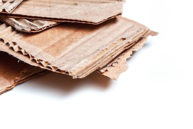 Pappstücke lokalisiert auf weiß