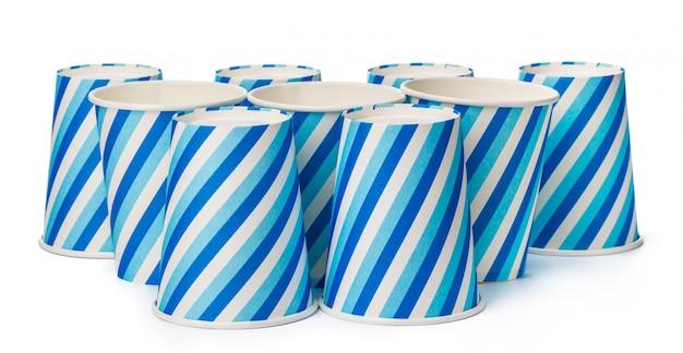 Papptassen, die mit blauen linien verziert werden, entwerfen lokalisiert
