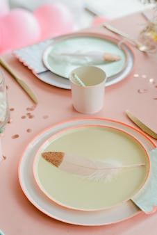 Pappteller auf festlichem tisch für kinderparty. tabelleneinstellung für mädchen alles gute zum geburtstag oder babyparty. festliche dekoration für junggesellenabschied